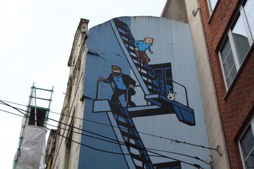Desenho do Tintin em um prédio belga