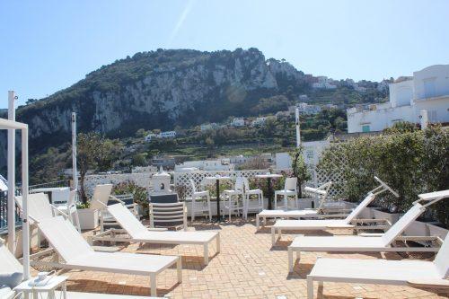 Espreguiçadeiras no terraço do hotel Relais Maresca em Capri