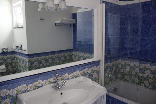 Detalhes do banheiro do quarto do Relais Maresca em Capri