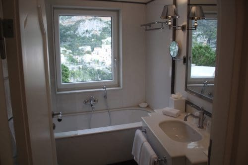 banheiro com vista para Positano no Villa Franca