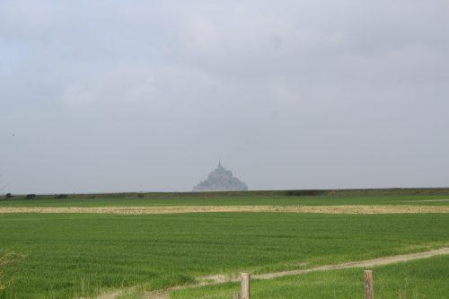 Paisagem típica da Normandia com o Monte Saint-Michel de fundo