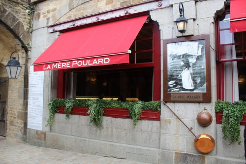 Frente do restaurante La Mère Poulard na Normandia