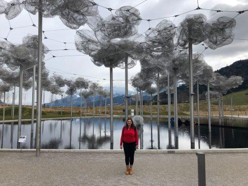 Crystal Cloud com nuvens de cristal e piscina negra