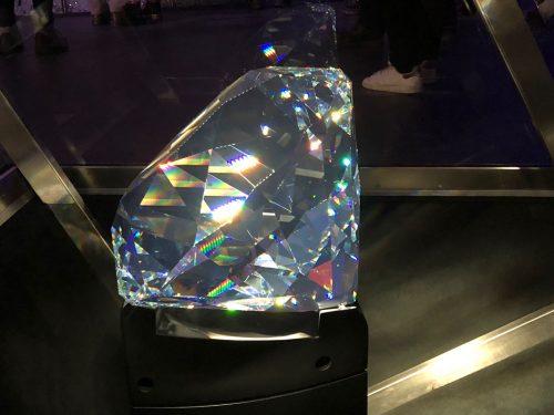 Grande cristal Swarovski brilhando