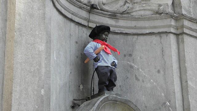 estátua do menininho Manneken Pis fazendo xixi