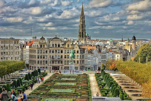 Praça arborizada com prédios ao fundo em Bruxelas