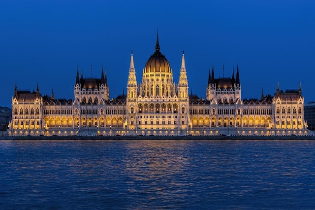 Bonito prédio do Parlamento Húngaro iluminado de noite