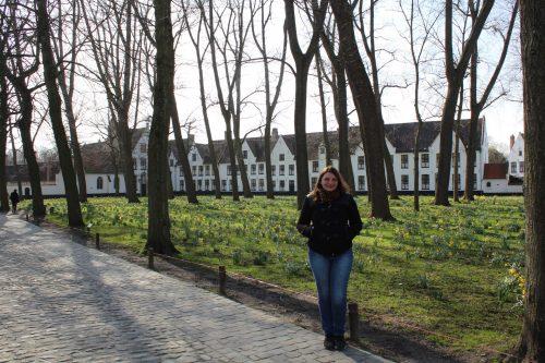 Casas e o jardim do Beguinage em Bruges