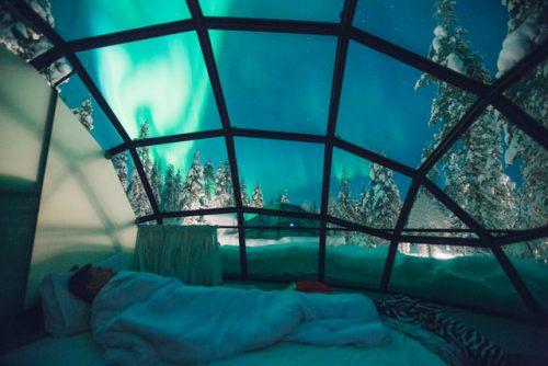 Hóspede vendo a aurora boreal no Kakslauttanen