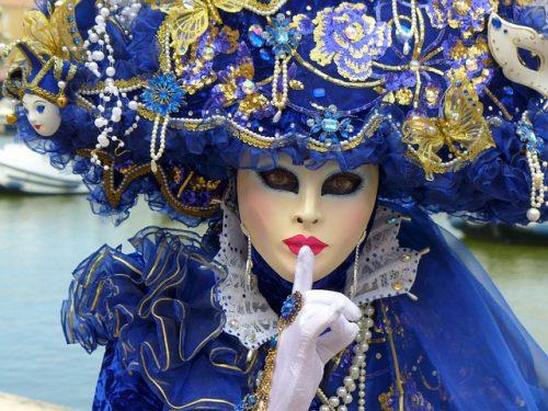 Como são as roupas de carnaval em Veneza