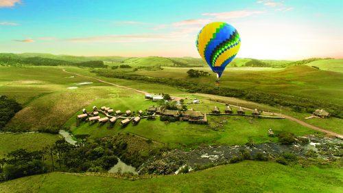 Balão passando pelo campo no sul do Brasil