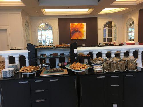 Buffet de pães, bolos, grãos e frutas em Bruxelas