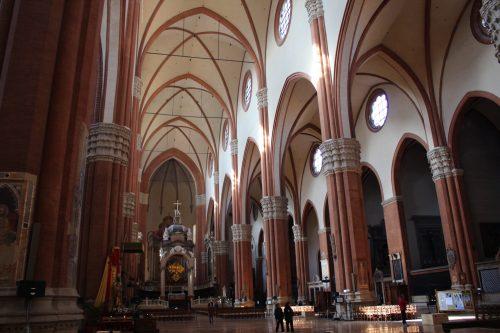 Arquitetura do interior da Basílica de São Petrônio
