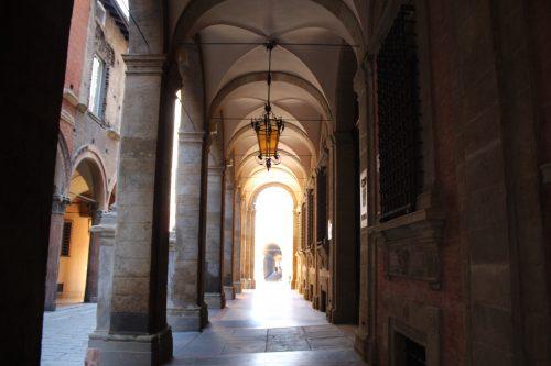 Pórticos entre prédios em Bolonha