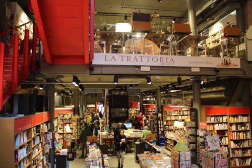 Biblioteca e Trattoria do Eataly em Bolonha