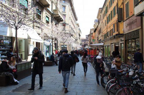 Movimento no centro histórico de Bolonha