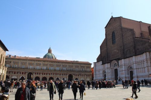 Movimento da Piazza Maggiore em Bolonha
