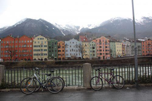 Rio Inn e prédios coloridos de Innsbruck no inverno