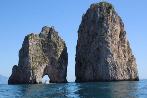 Barco passando pelo buraco da rocha