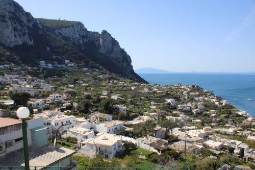 Capri e o mar Mediterrâneo ao fundo