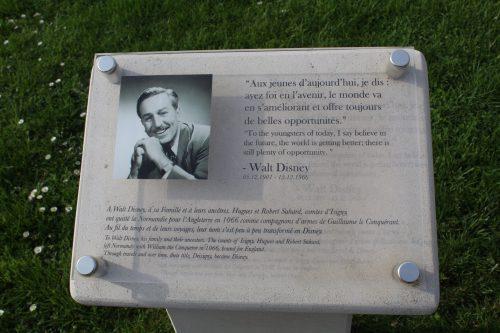 Placa de Walt Disney em jardim, na França