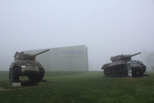 Tanques de guerra na frente do Museu Overlord