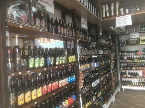 Diferentes rótulos de cervejas em loja de Blumenau