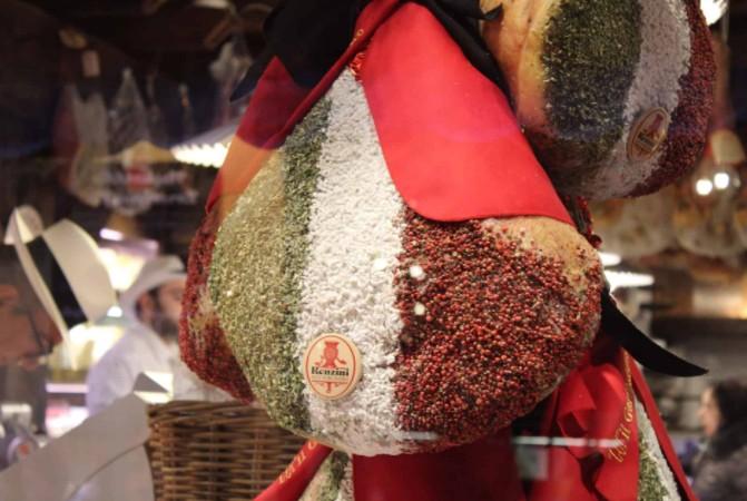 Alimento decorado com especiarias locais