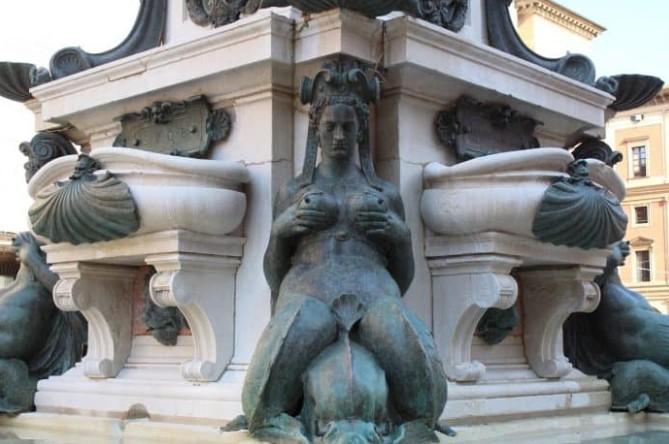 Sereia pertencente à base da fonte de Netuno
