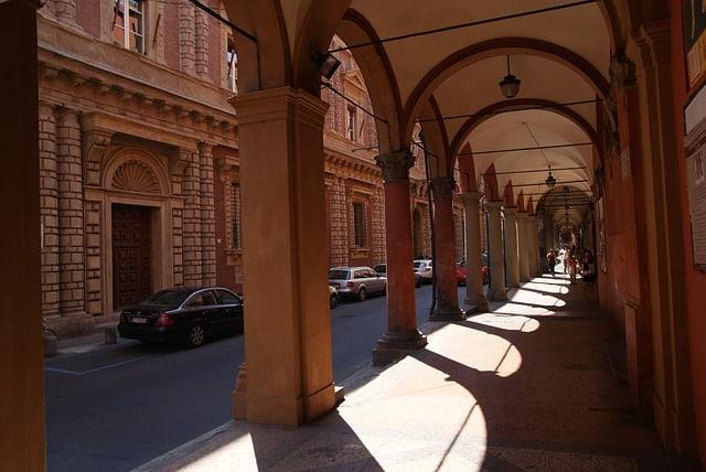 Os arcos em passarelas nas ruas de Bolonha