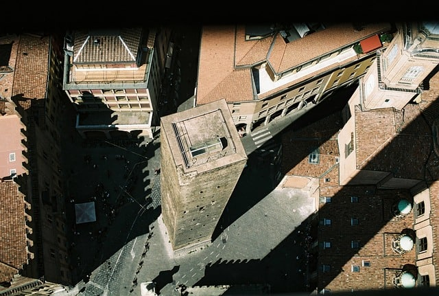 Vista aérea da sombra das torres de Bolonha