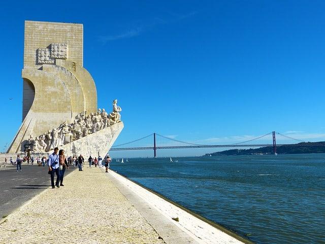 Vista do Monumento dos Descobrimentos com ponte ao fundo
