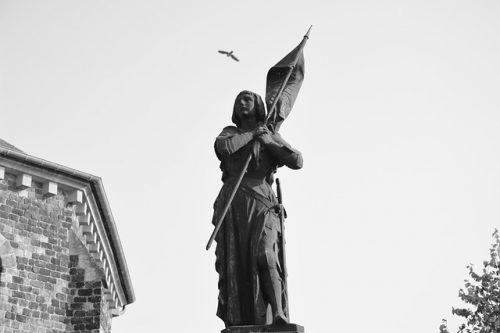 Estátua de Joana d´Arc em preto e branco