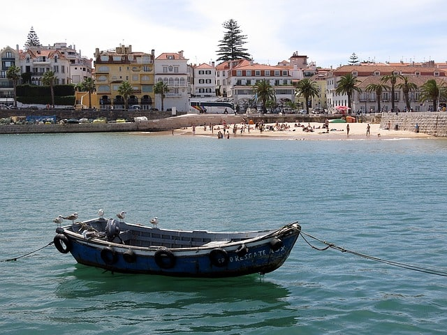 Praia tranquila, com casas ao fundo