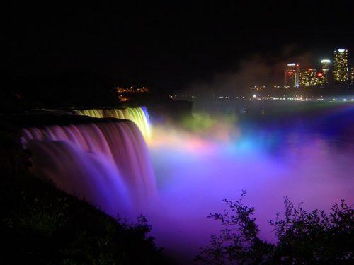 Cataratas de noite, no Canadá