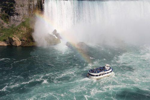 Barco e arco-íris em Niagara Falls