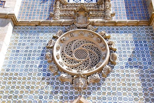Arquitetura de casa com monumento e azulejos