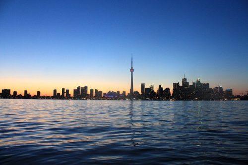 Paisagem com torre e prédios comerciais de Toronto
