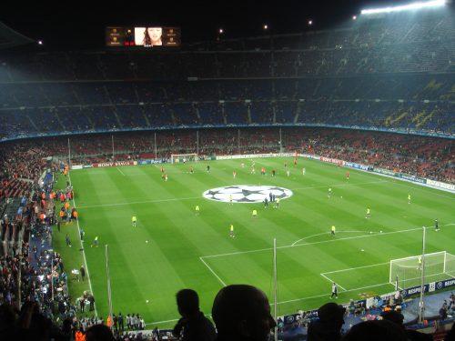 Jogo de futebol no estádio Camp Nou