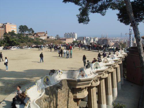 Banco ondulante e turistas no Parc Guel