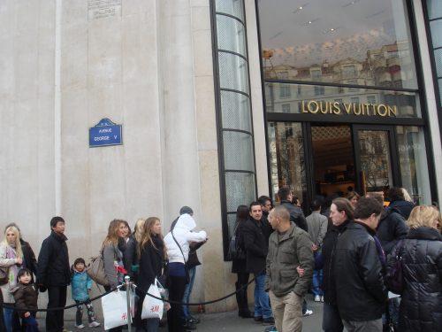 Pessoas na frente da Louis Vuitton, de Paris