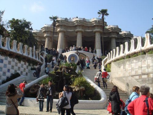 Arquitetura e turistas no Parc Güell
