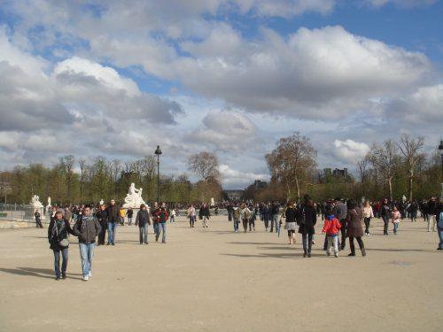 Estátuas e pessoas no Jardim de Tuileries
