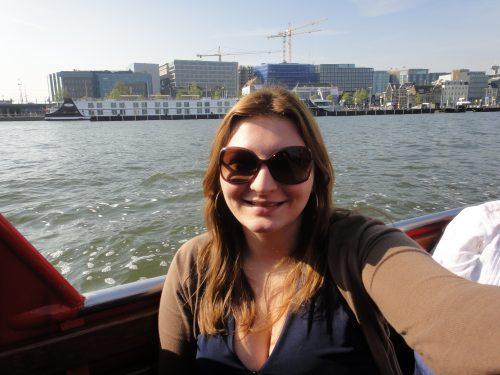 Turista passeando de barco em Amsterdam