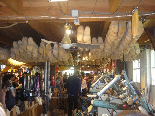 Produção de tamancos de madeira em Volendam