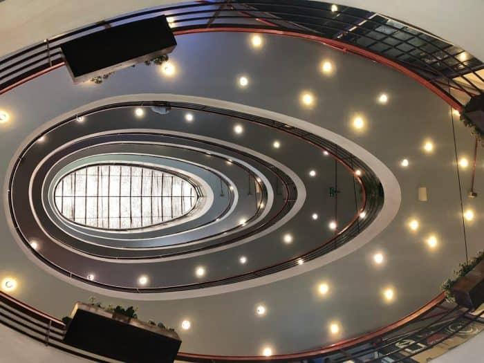 Escadas ovaladas com luzes