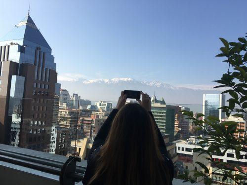 Mulher tirando foto com o celular