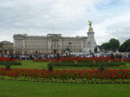 Flores e arquitetura do Palácio de Buckingham