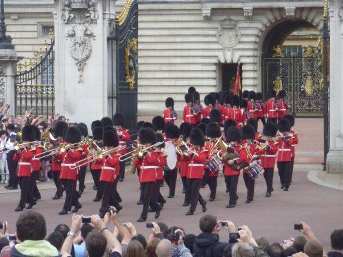 Guardas e turistas em Londres