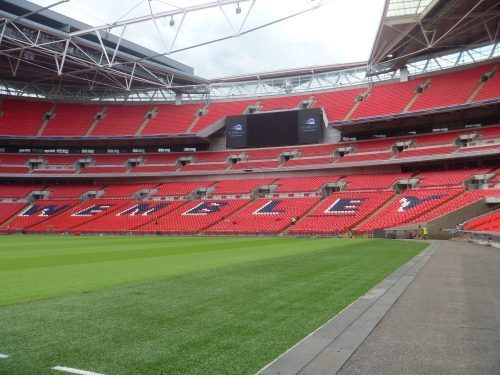 Arquibancada e gramado do estádio de Wembley